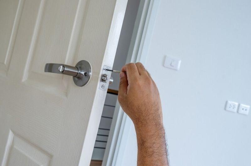 מנעולן דלתות מקצועי גבי המנעולן מנעולן בנתניה