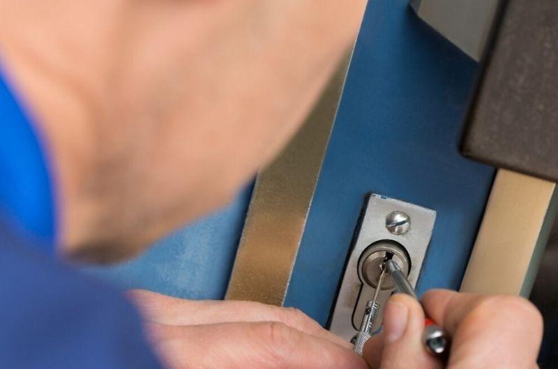 פורץ דלתות בנתניה גבי המנעולן מנעולן בנתניה