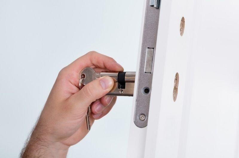 תיקון דלתות גבי המנעולן מנעולן בנתניה