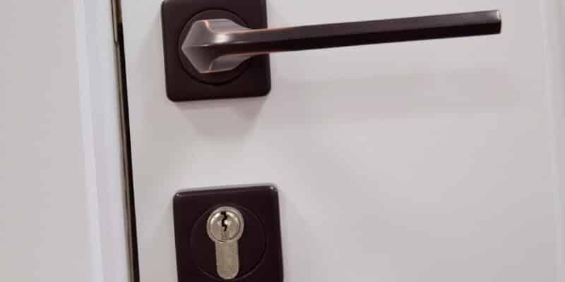 פריצת דלת טרוקה גבי המנעולן מנעולן בנתניה